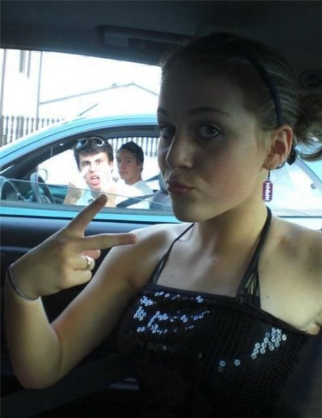 20 Pictures Of People Who Failed To Check Their Background When Taking A Selfie
